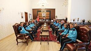Vali Nayir Taşkısığı Ortaokulu Atletizm Takımını Kabul Etti