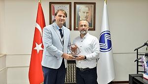 Türkiye Ragbi Federasyonundan Rektör Savaşan'a Plaket