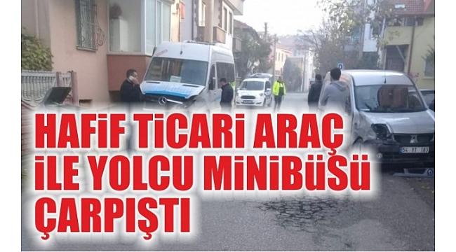 Hafif Ticari Araç İle Yolcu Minibüsü Çarpıştı